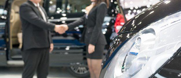 vendedor-vendiendo-autos-concesionario-automoviles_35048-680
